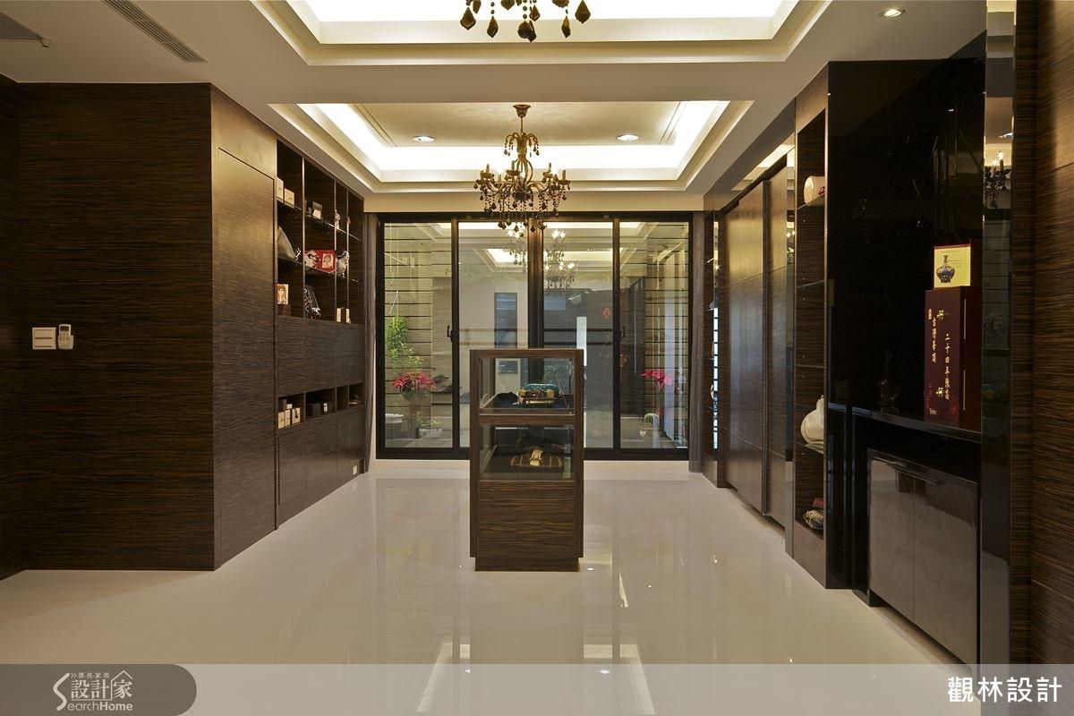 喜愛旅遊的屋主擁有許多收藏品,設計師替他規劃一個專屬的飾品展示間。