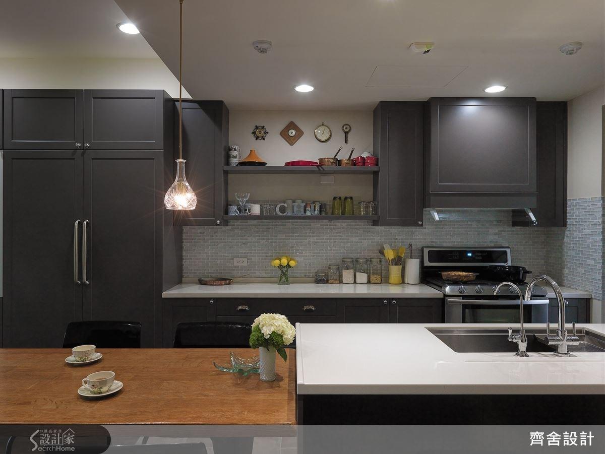 餐廚空間以灰白二色來搭配,廚具櫃體特別以線板來裝飾,牆面選採馬賽克拼磚,再以懸吊式的燈飾,添加迷人的用餐氣氛,就是理想中曼哈頓優雅成熟的用餐情境。