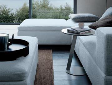 PUCK 的桌腳設計可伸進沙發下方,作為邊几,或當成電腦桌使用都非常方便,其桌面為鋼烤材質,有豐富的顏色可依使用者的喜好挑選,與空間充分融合。