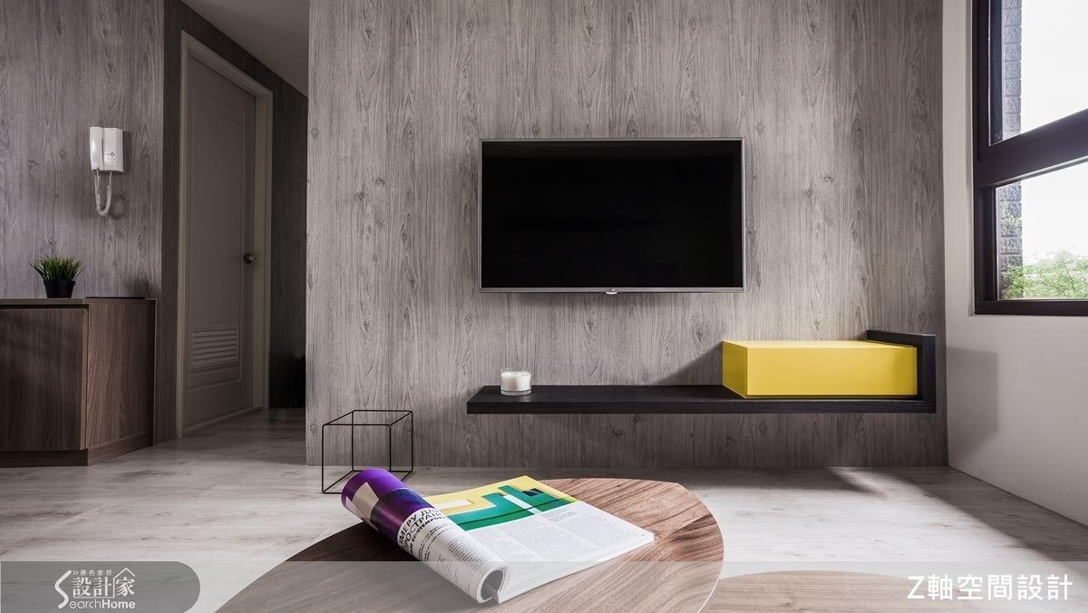 雅致的木紋電視牆面,配上 L 型層板架,旋即讓空間多了搶眼的設計感。
