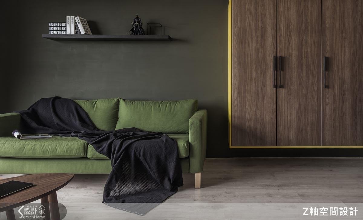 沙發與背牆,顯現出深淺色彩對比的視覺強度,一旁的收納櫃體,懸空式的設計,無形中消弭櫃體的壓迫感。