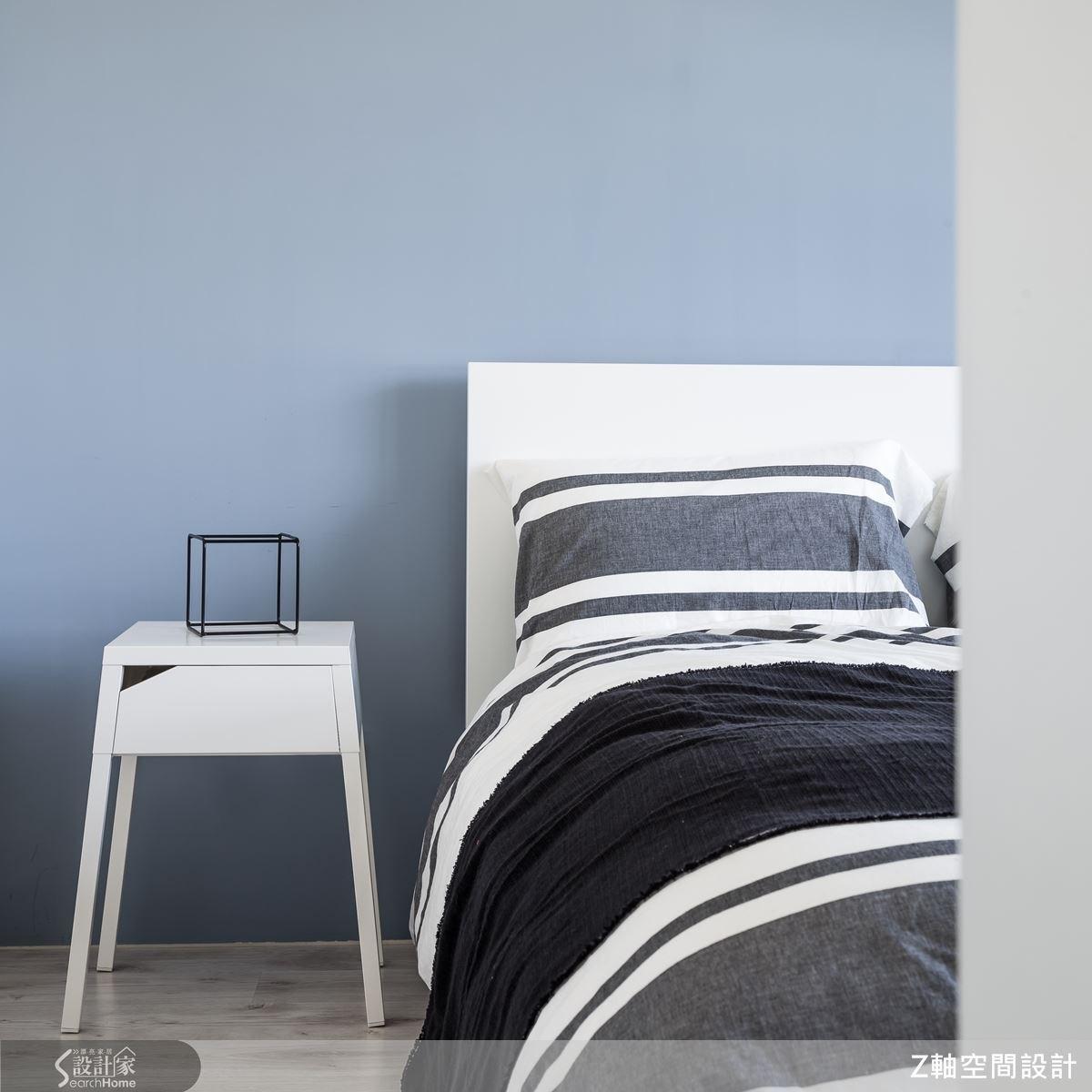 挑選能放鬆心境的療癒色彩為壁色,烘托出舒眠的主臥空間。