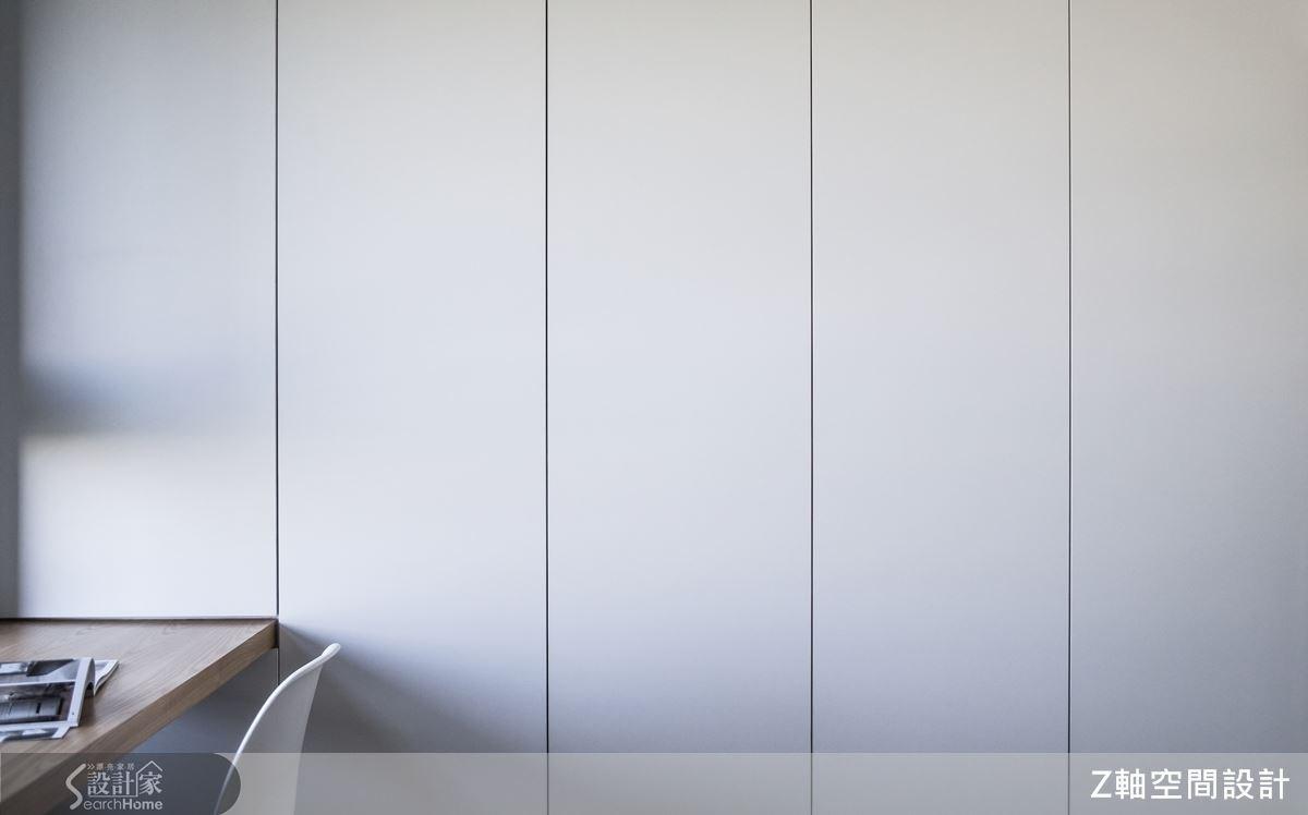 大容量的收納櫃,簡潔大方的設計為視覺核心,收納於無形的細膩規劃,創造主臥空間質樸純淨的氛圍。