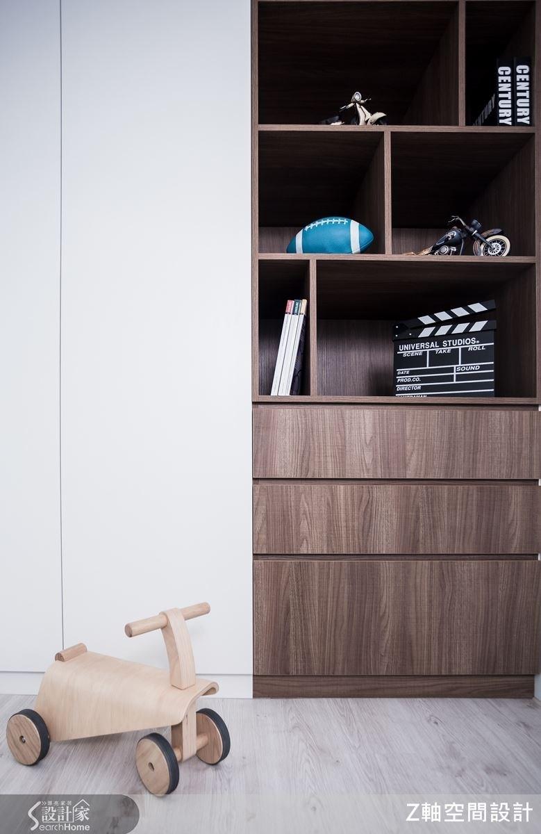 內嵌式的木質櫃體,不僅讓生活更安全便利,不用擔心家中小朋友會不小心碰撞受傷,也巧妙讓壁面空間多了變化性。