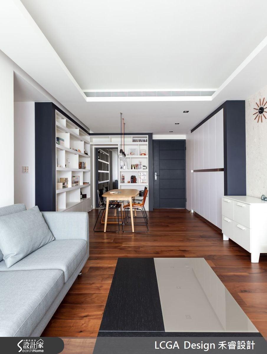 以白色系為主色調,在局部地區利用黑色漆面點綴,並搭配溫潤的胡桃木地板,平衡白色的冷冽感,散發著清爽溫馨的氣息。