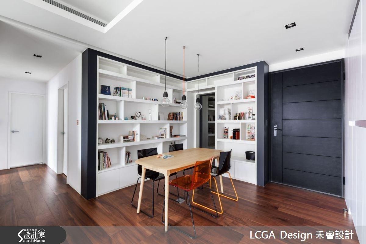 餐桌的後方,規劃書牆,讓屋主可擺放各式書籍和收藏,當沒有用餐時,餐廳可以成為簡單的工作區或是閱讀空間。