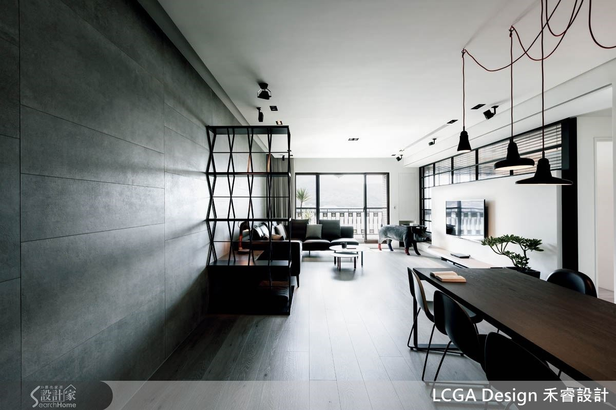 玄關串連整個開放式公共區域,創造生活機能與留白設計的平衡,也看見空間的水平軸深。中間輔以鐵件櫃體、家具做層層鋪排,細見空間層次。