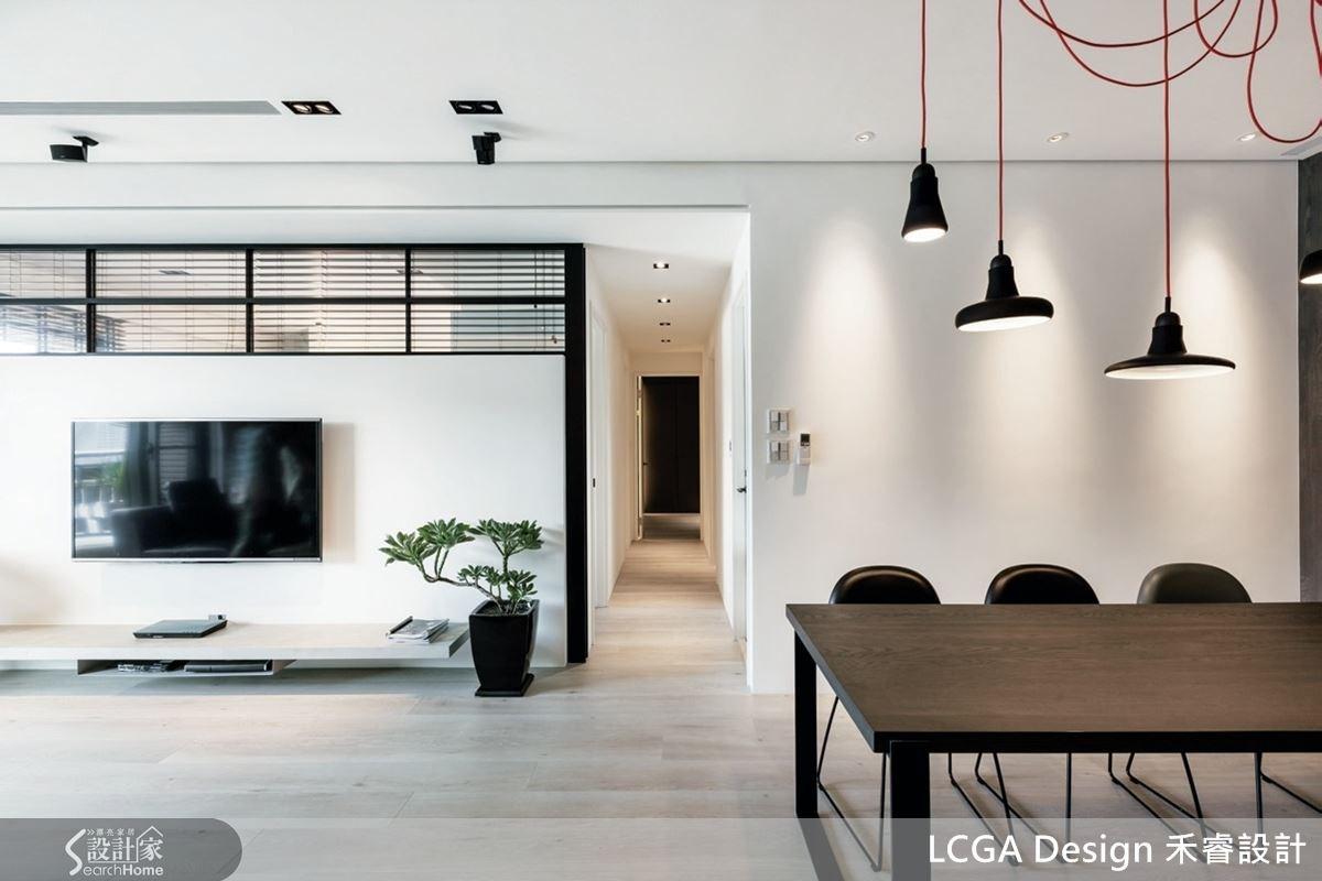客廳與臥室之間的隔間牆特別加了一道 L 型玻璃材質,既不破壞原空間尺度,也維持整體環境的好感度。