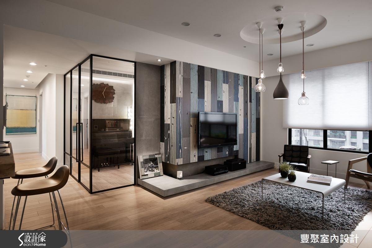 以彩色木紋磚建構的電視主牆,成為簡約北歐風客廳的搶眼焦點。