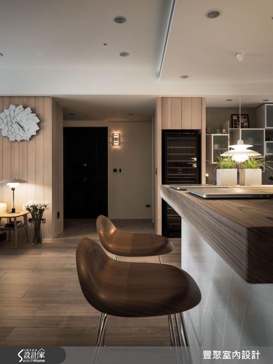 餐廳是全家人最愛相聚的角落,家具設計特別講究,吧檯除了輕食功能外,還是屋主的工作桌。