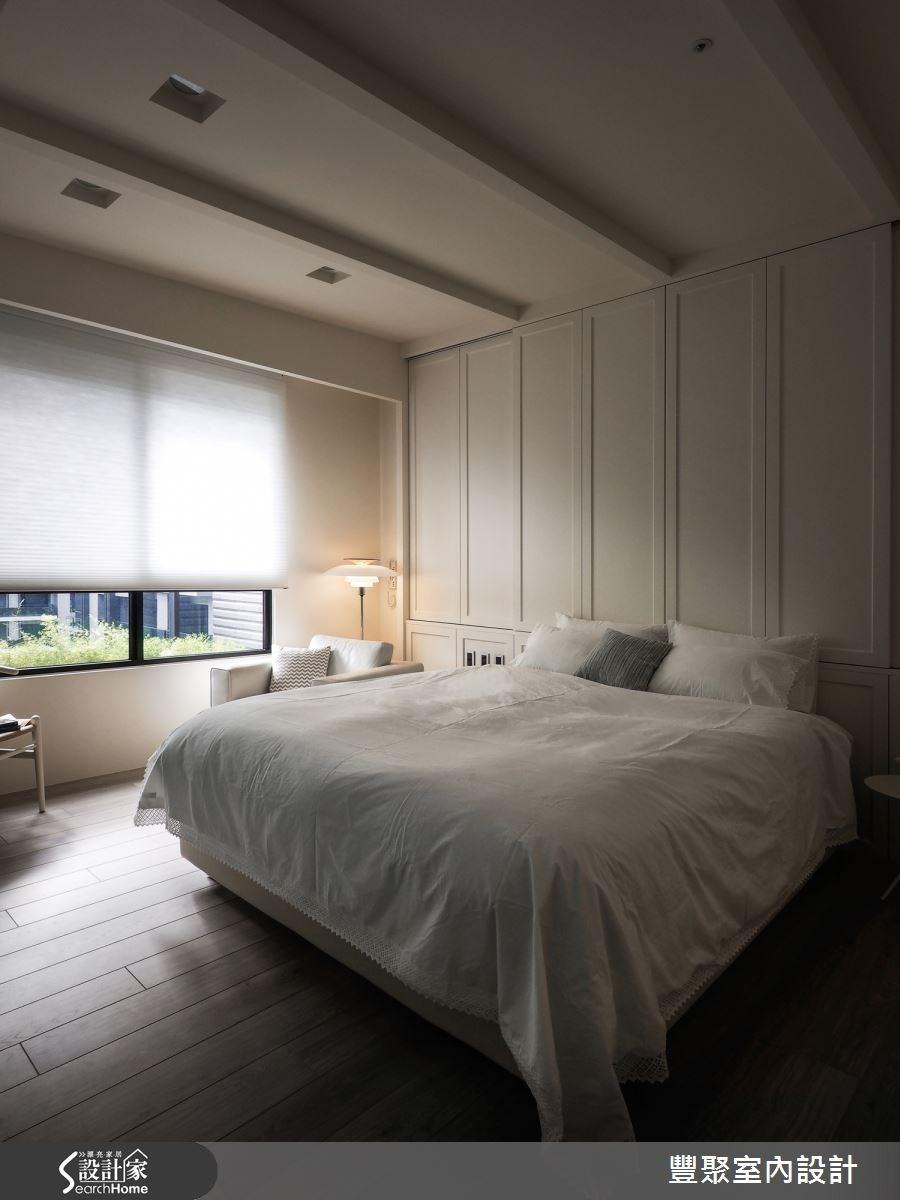 斜屋頂設計延伸視覺高度,線板隱藏櫃體,主臥風格大方簡約。