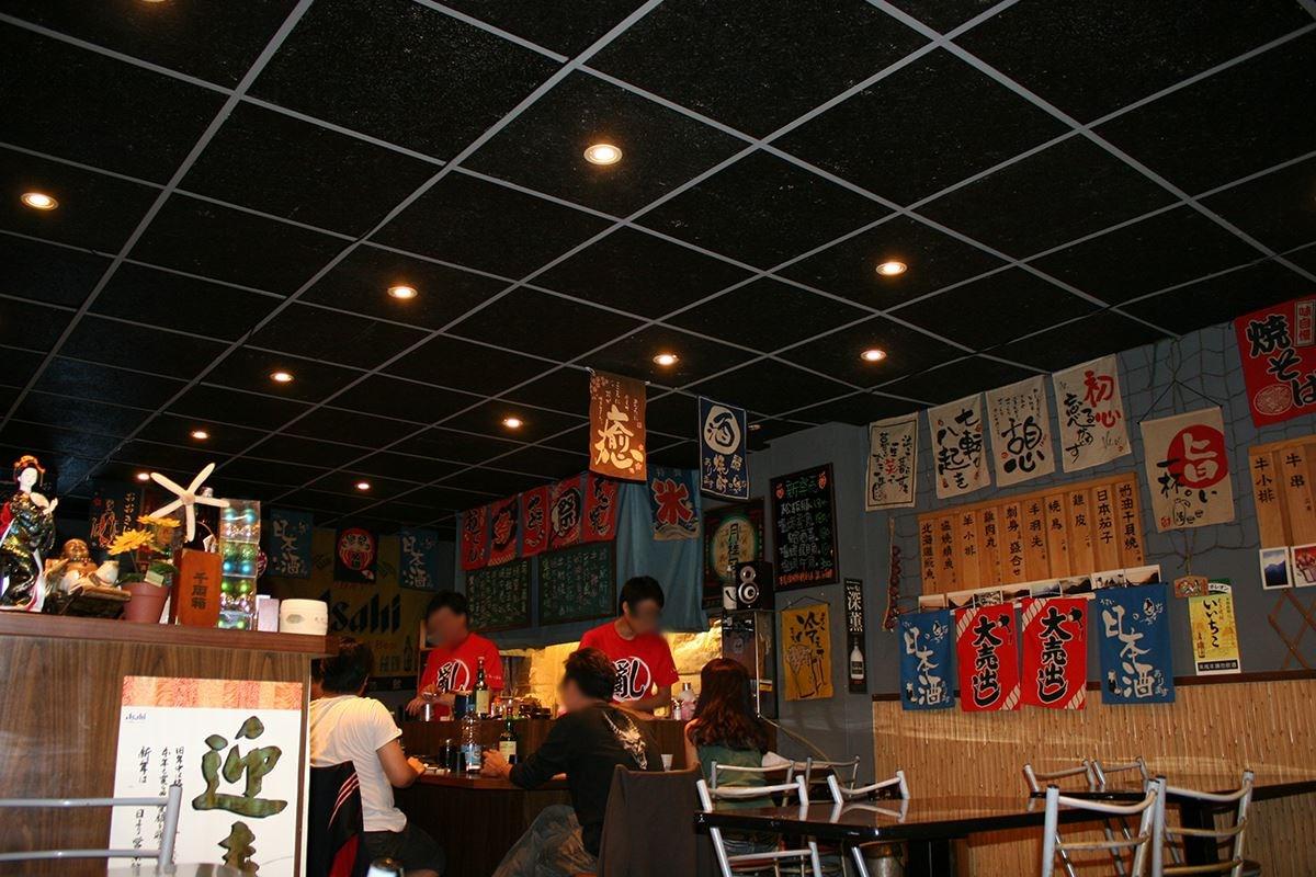 輕鋼架天花板裝設的是寧靜黑-美絲吸音板,空間質感大不同。
