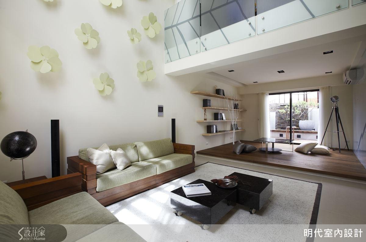 客廳牆面的 12 片幸運草,與一旁帶有葉脈紋路的玻璃欄杆扶手,空間一片綠意盎然。