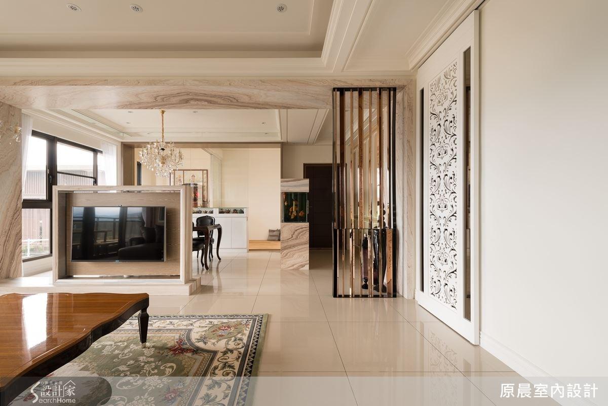 以鏤空雕花拉門作為廚房與公共空間的分界,具有良好的穿透效果,對於常下廚的屋主而言是個貼心的設計。