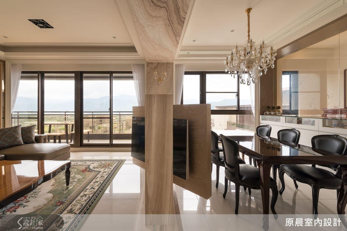 可雙面旋轉電視牆,讓屋主一家在餐廳也能觀賞電視,背後的鏡面材質則有放大空間的效果。