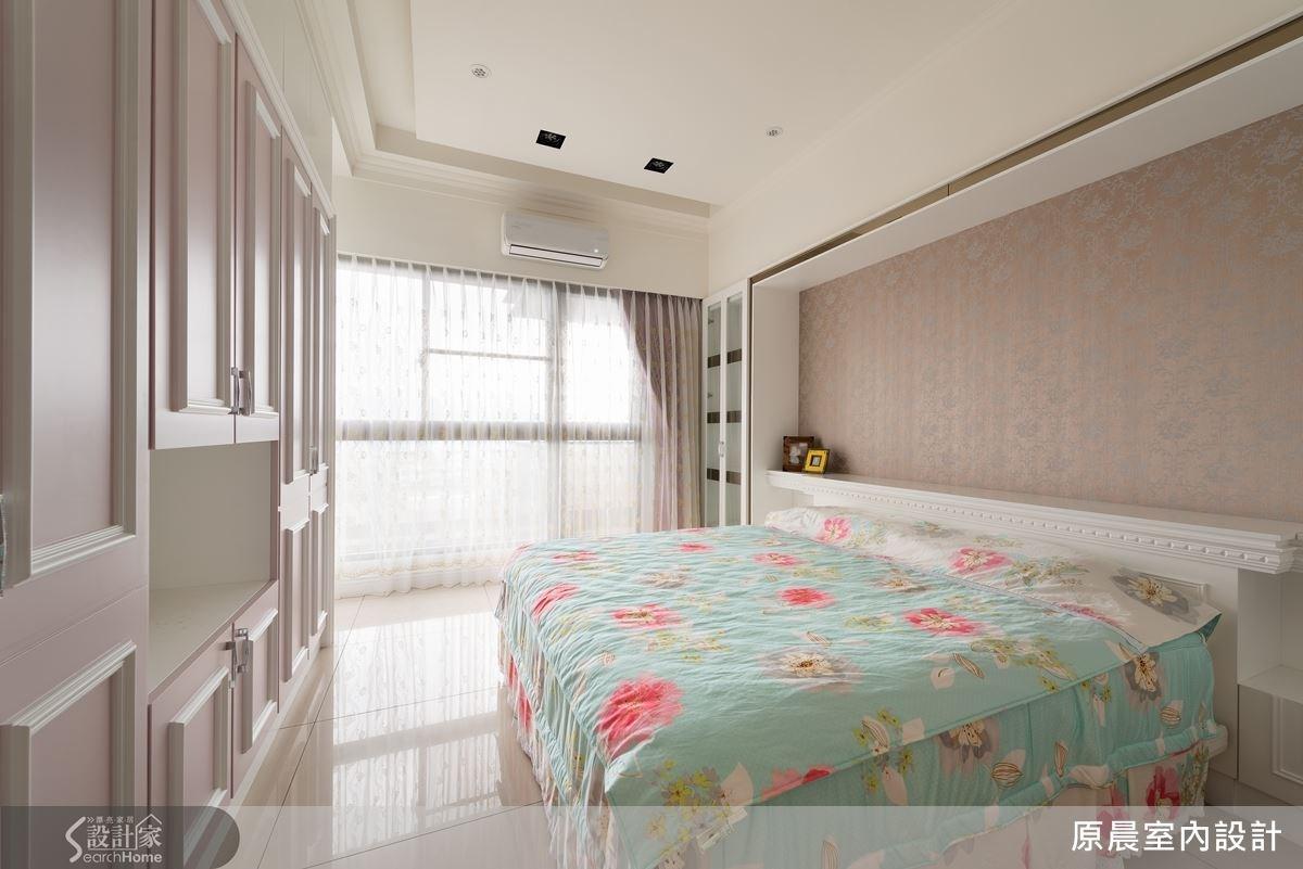 主臥房使用的是跳色的衣櫃,上過白色烤漆的線板經過一層又一層的烤漆與封貼處理後,相當精細而典雅的淡藕色。