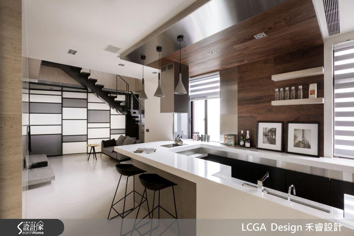 以多功能的中島吧檯取代傳統的廚房設計,不鏽鋼的金屬與深色木建材的絕佳組合,呈現簡約舒適的人文質感。