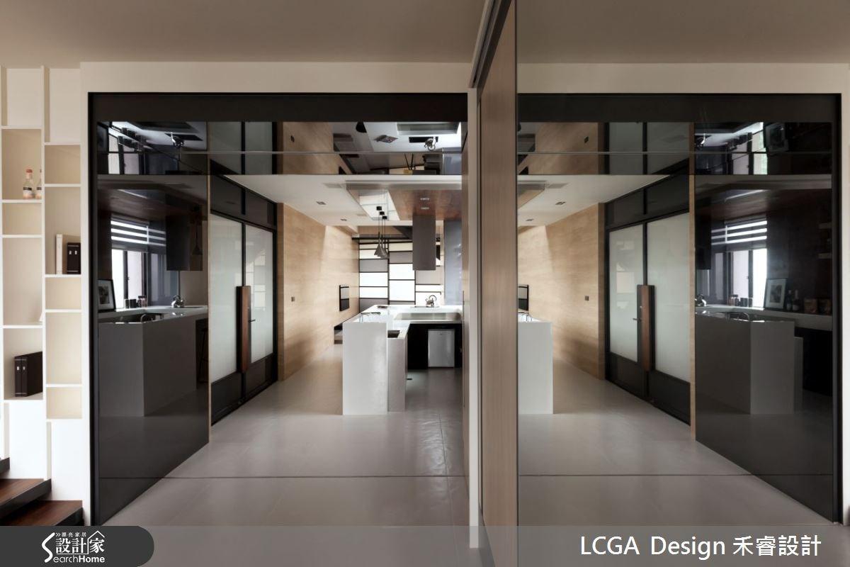 臥房的拉門設計,可保持隱密性。具有光澤的灰色鏡面搭配木質建材,多元的建材混搭,讓空間的表情更具有層次。
