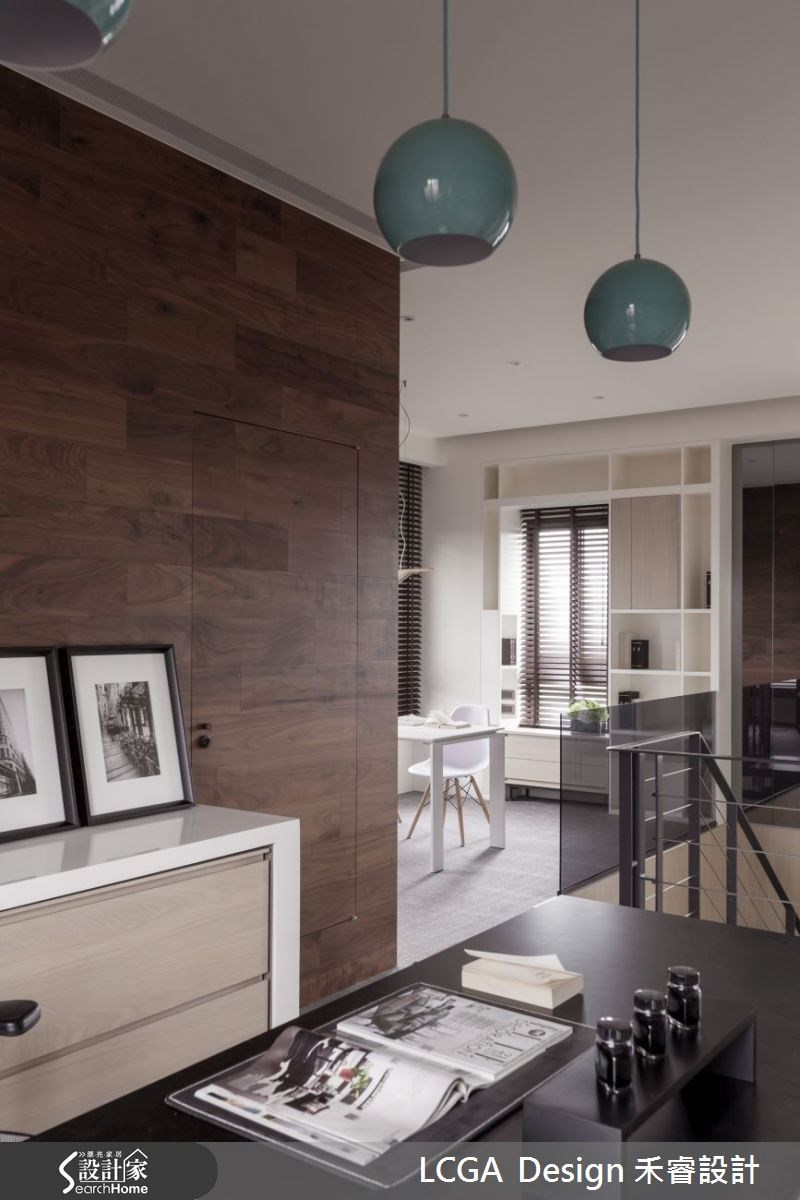 男主人有在家處理工作的需求,而女主人則是希望能有舒適的閱讀空間,設計師便在二樓規劃兩個不同風格的工作室。男主人的工作室注重收納機能,而女主人的閱讀空間則是以明亮溫馨的風格為重點設計。