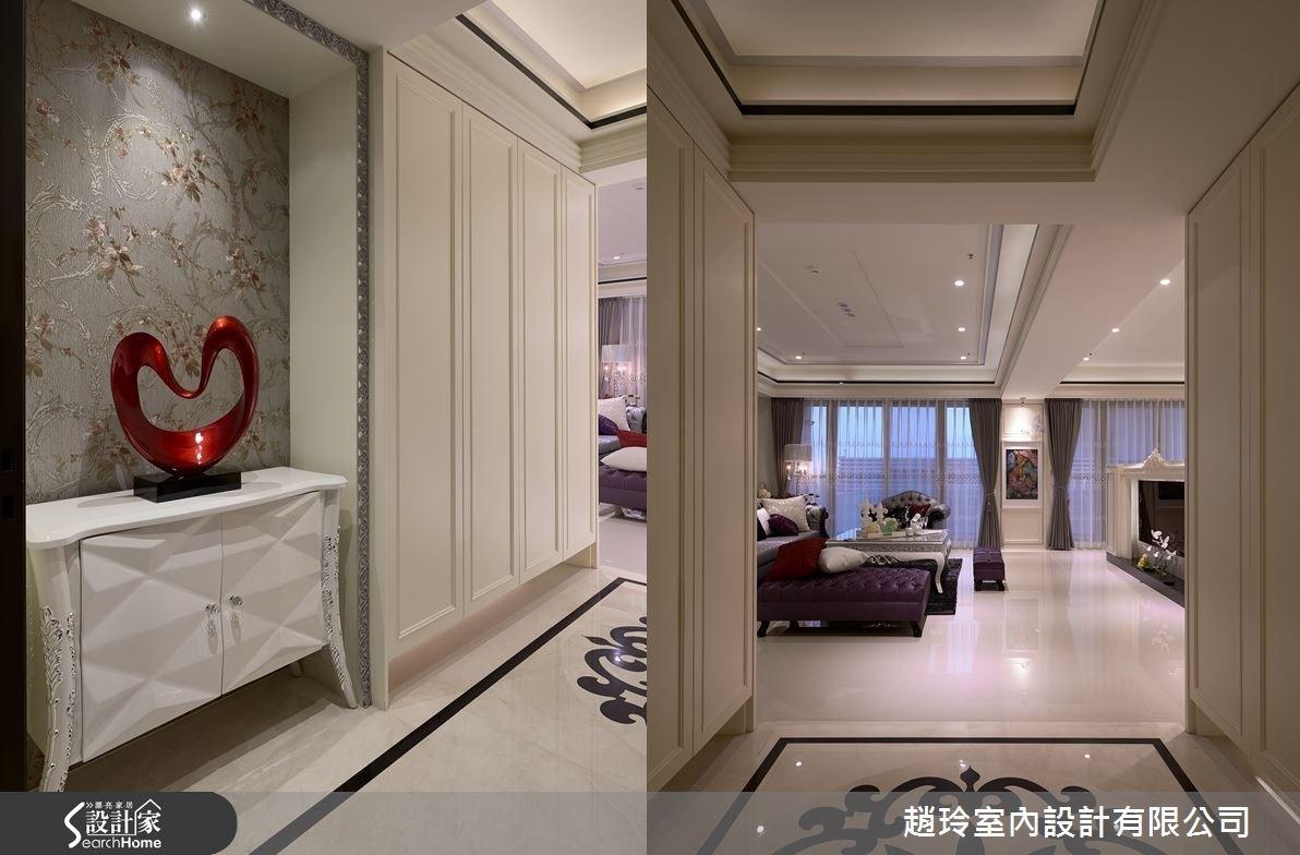 玄關位於整體空間的中軸線,入門左側可看見藝品擺飾形成端景,並以墨鏡飾帶裝飾天花板,在新古典空間中,運用灰色線條增加現代風美感。