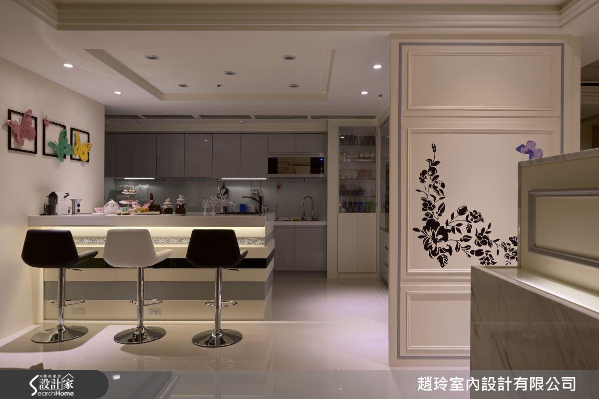 因一家人較少使用熱炒區,少有油煙問題,所以讓廚房與吧檯之間採開放式,延伸空間感;並在吧檯上方燈光採人性化設計,可用手機APP去遙控燈光色彩,為新古典氛圍也融入新潮感。