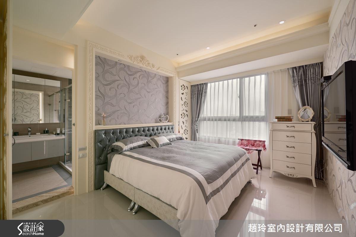 床頭牆一側可通往衛浴空間,另一邊則是香水櫃,滿足女屋主的收藏需求。