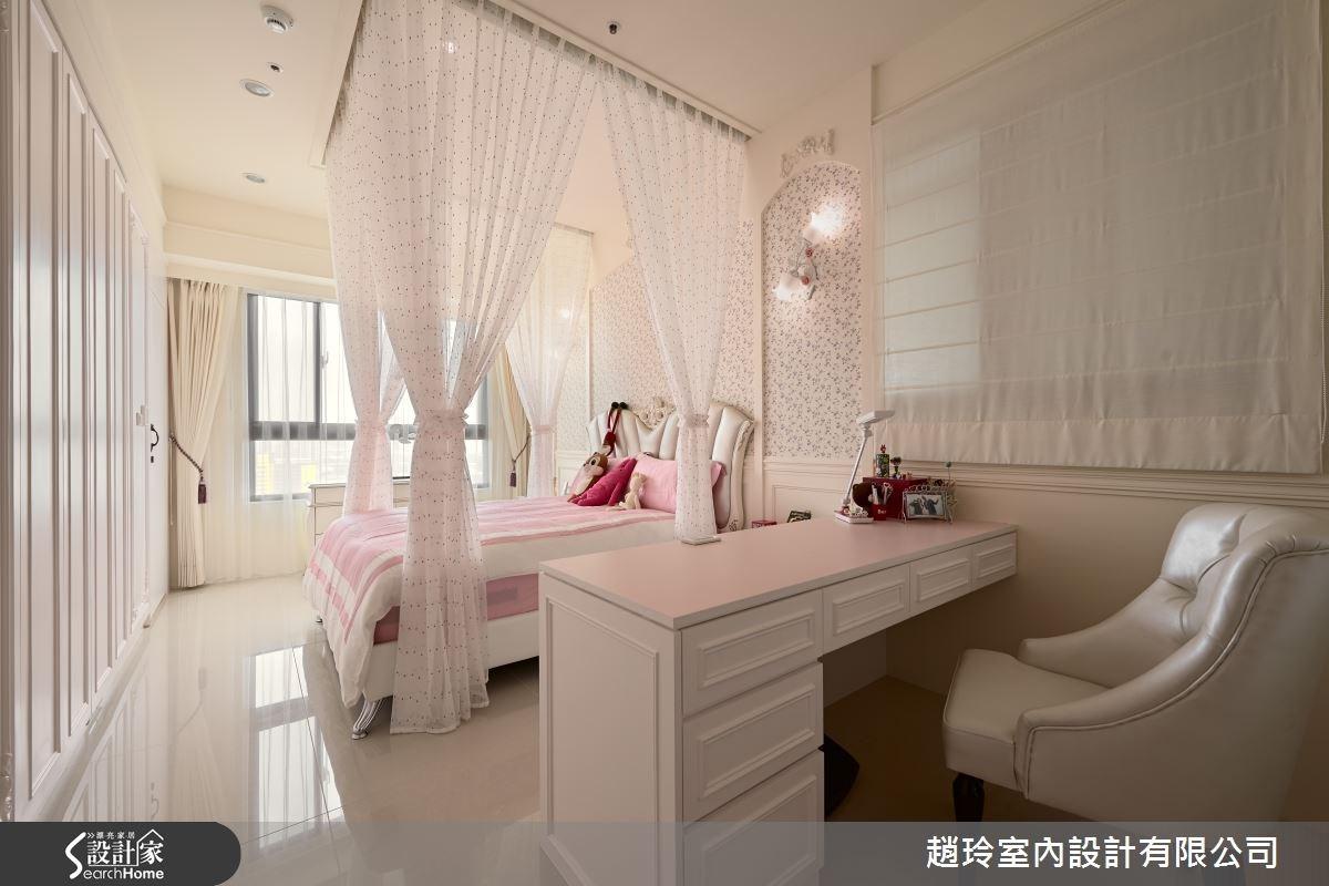 小女兒房以淡粉紅搭配白色為基調,形成柔和的色彩氛圍,營造溫暖童趣感。
