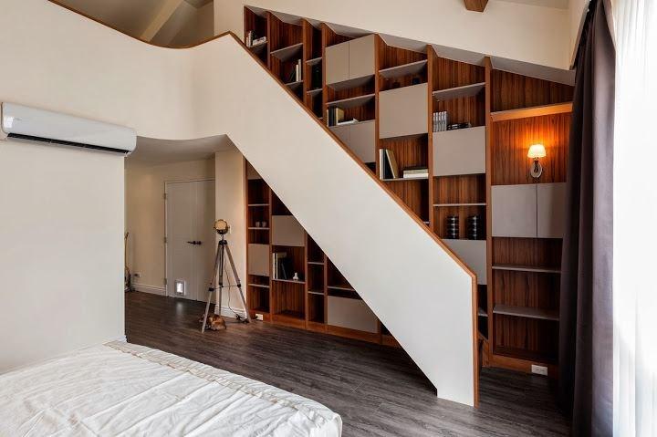 利用機能櫥櫃在挑高臥房設計大片收納、展示櫃,同時創造空間端景。
