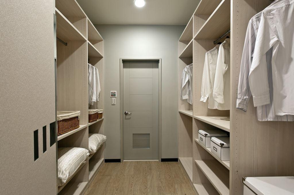 運用機能櫥櫃設計獨立的更衣間,滿足大容量的收納需求。