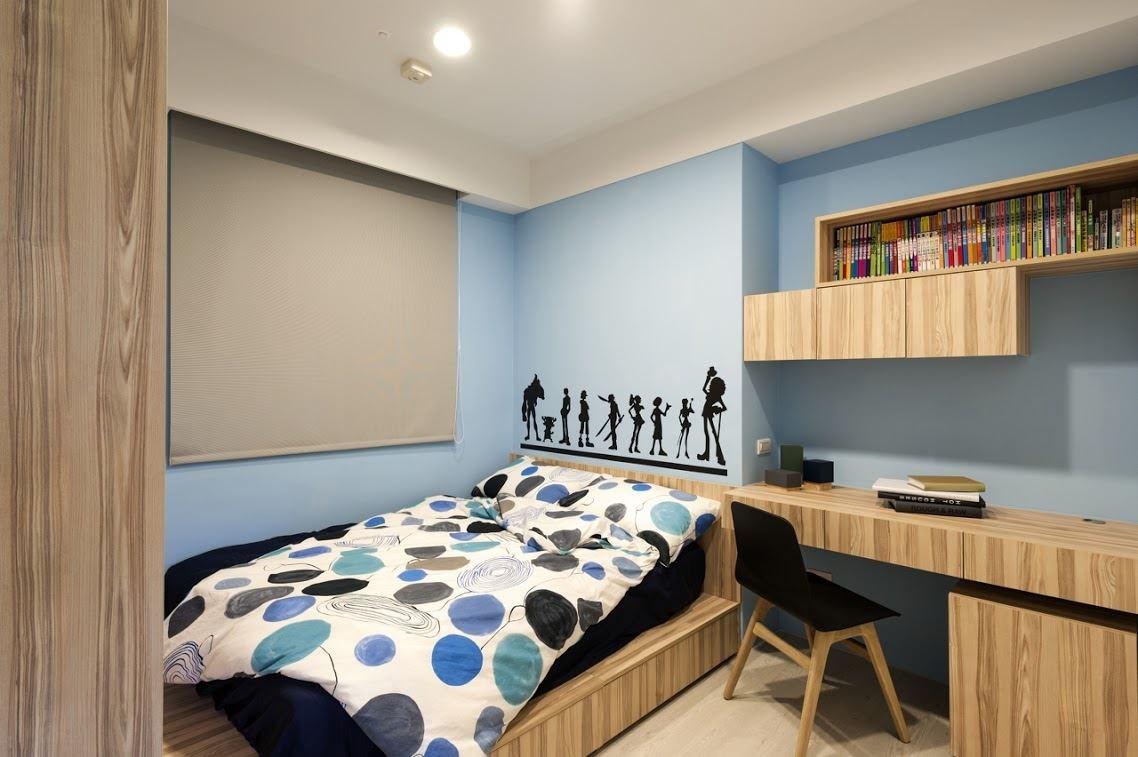 利用一體成形的書桌及具收納機能的床架設計,滿足小孩房多元使用的機能。