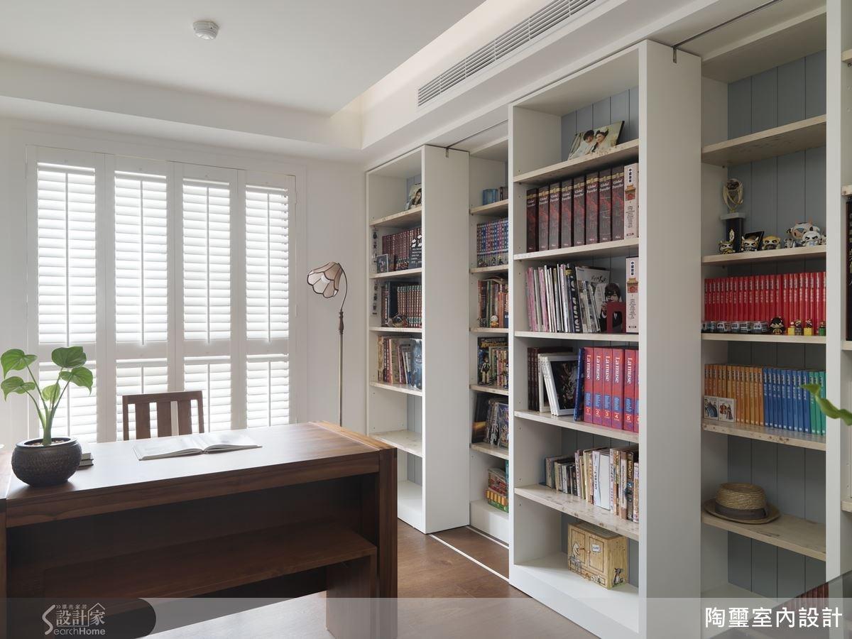書房內部規劃了雙層書櫃,讓收納機能大大提升。