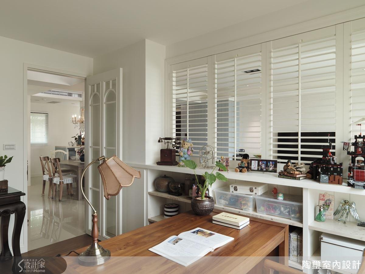 書房位於客廳後方,格柵牆面設計創造視覺穿透效果,讓空間感更寬敞。