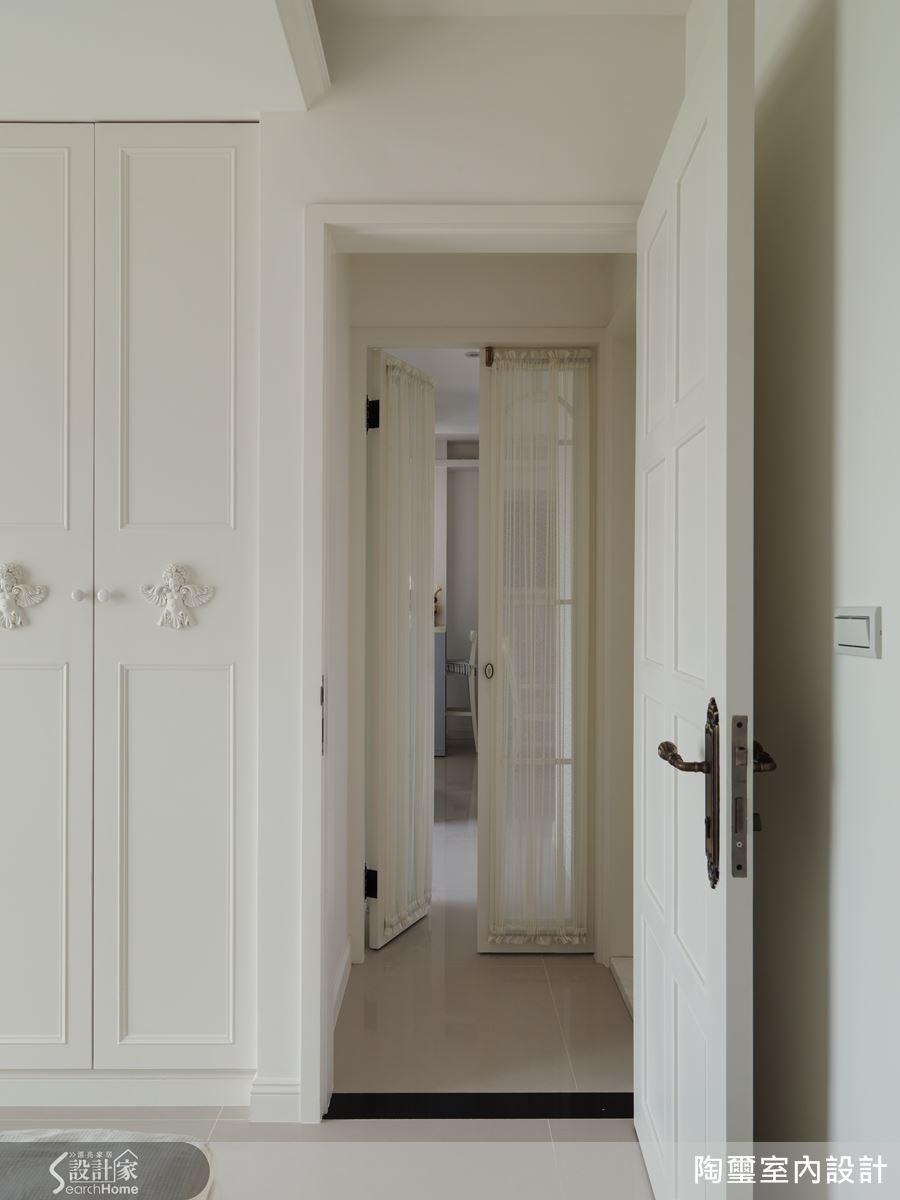 由前方的雙開門進入空間,左手邊是主臥兼更衣室,底端則是次臥。