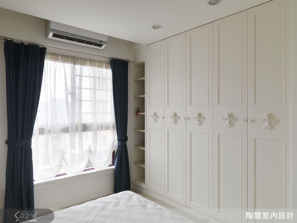 次臥房內規劃了充足的衣櫃,典雅的線板設計與整體風格形成一致美感。