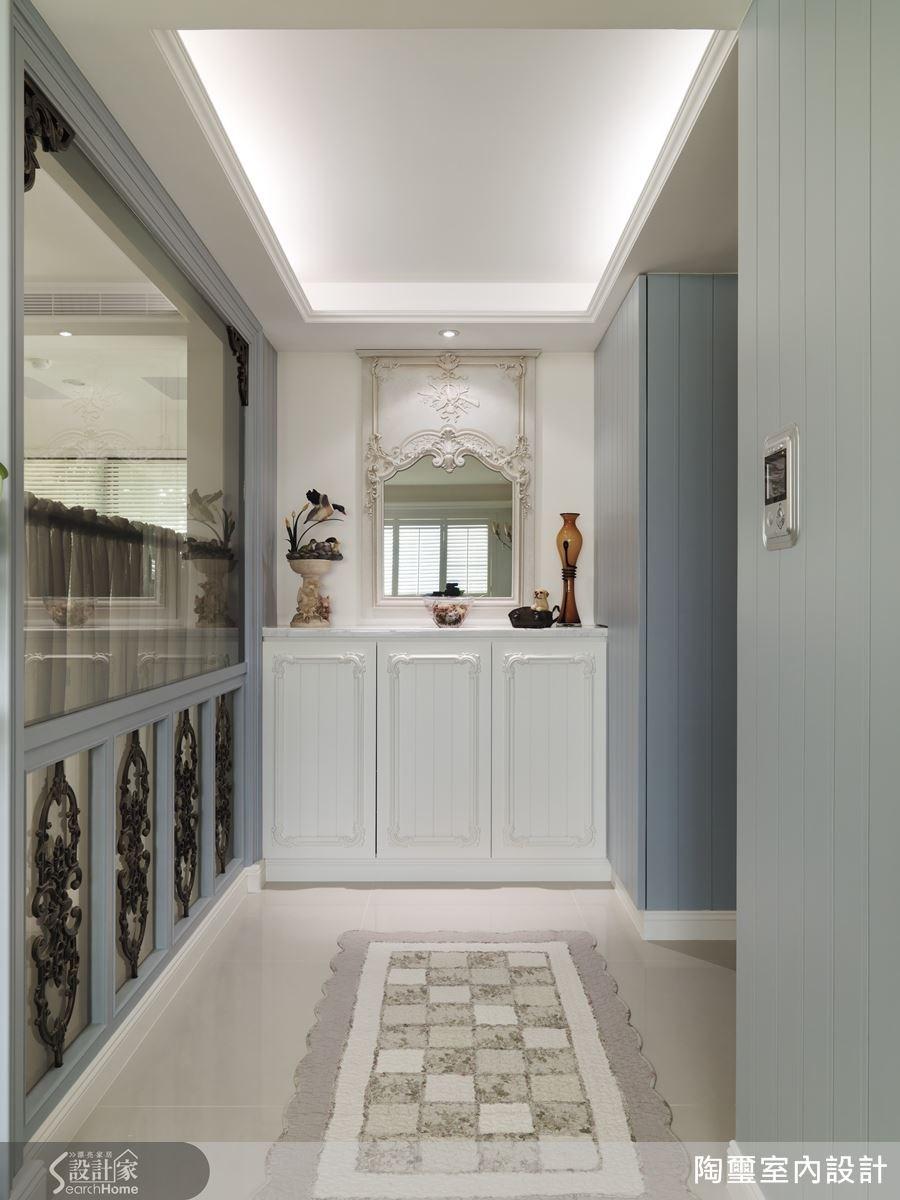 玄關右側的收納櫃與鏡面設計,同時具有美感考量與實用機能。