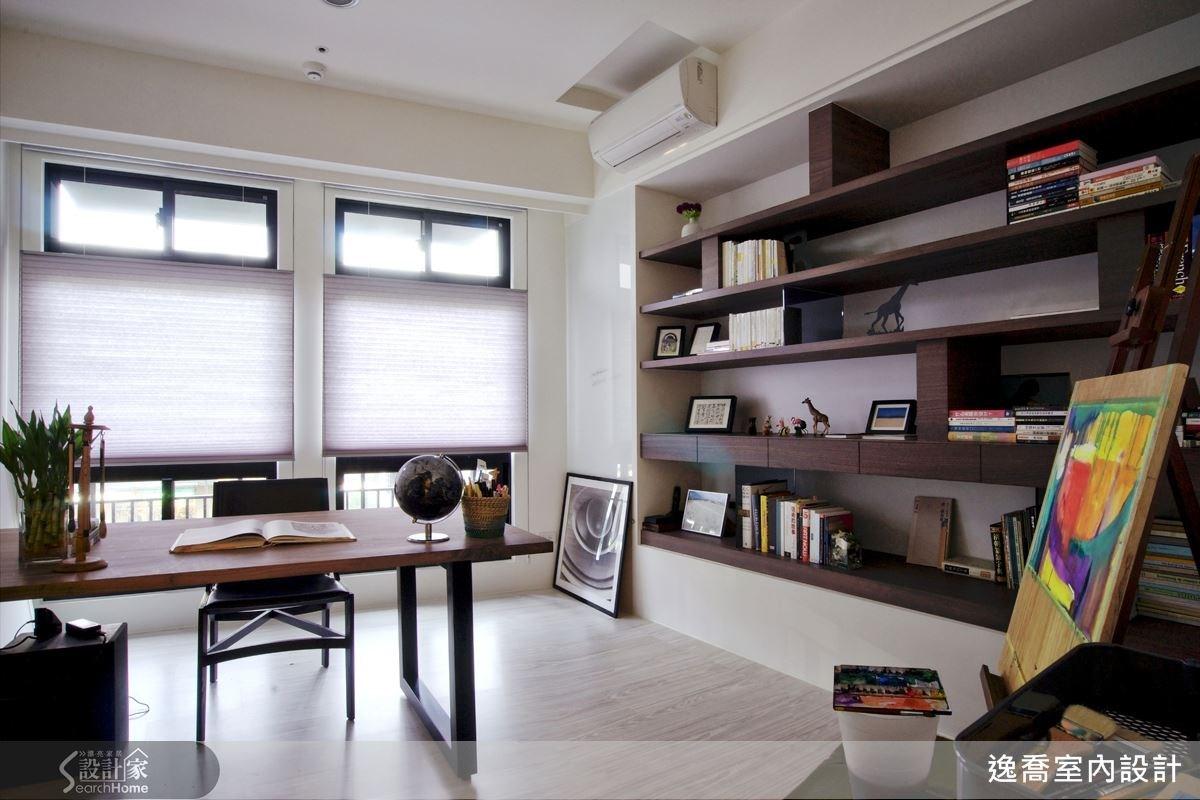 這是書房也是屋主作畫的工作室,乾淨而簡潔的空間感;展示櫃體的另一面則是客廳的電視牆,供兩邊同時使用 (下方的空間供收納客廳的視聽設備用)。
