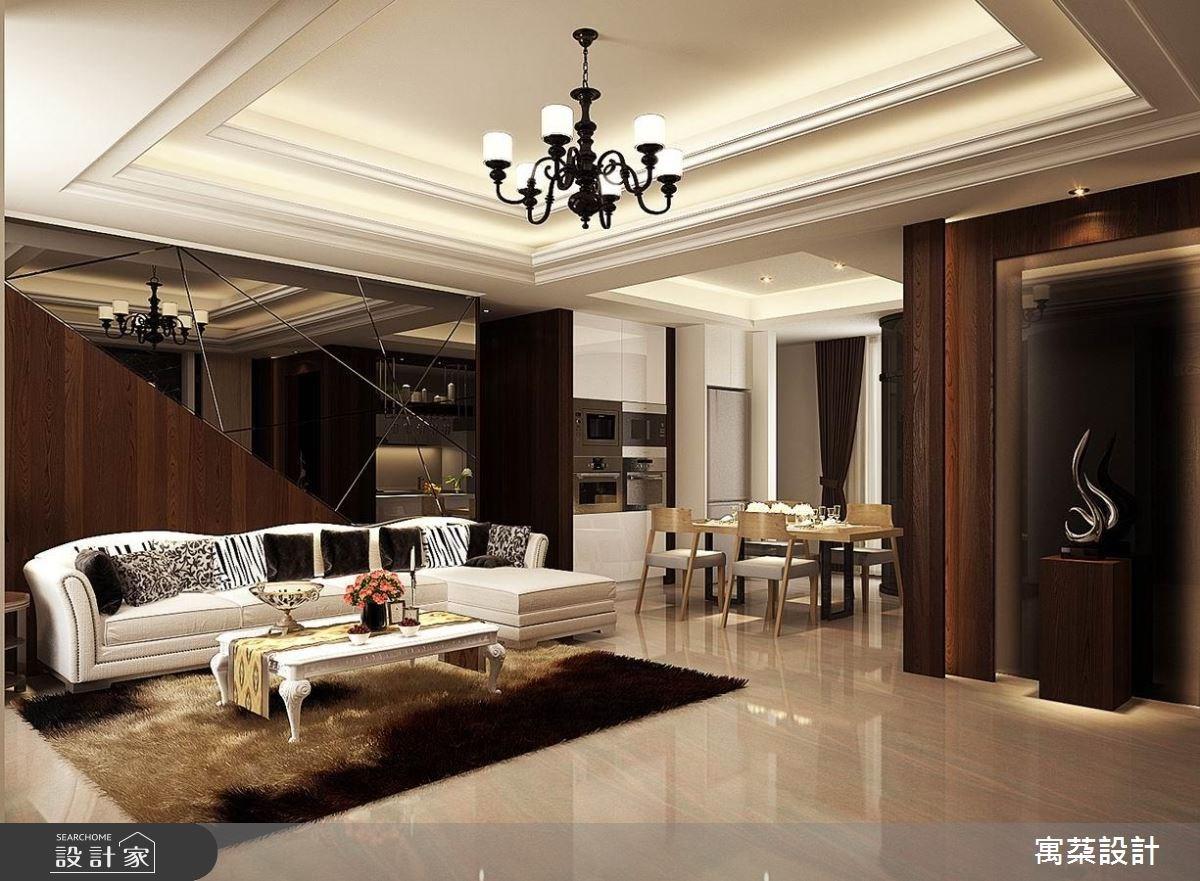 典雅貴氣的客廳,因為深胡桃木的造形沙發背牆,搭配大片灰鏡拉出不規則線條,又能和端景質感相呼應,增加了現代感,讓空間更有個性。