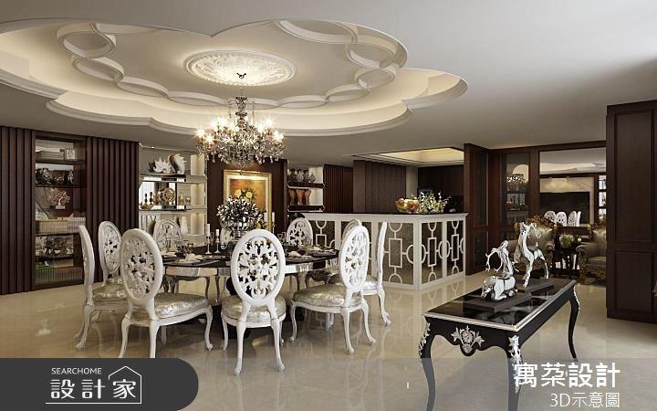 花瓣造形的天花讓視覺集中用餐區;L型的吧檯是以銀箔結合白色雕花和手工鏡,作工細緻;實木造形長牆除了有收納櫃外,還隱藏了房間門片,機能與裝飾合一。