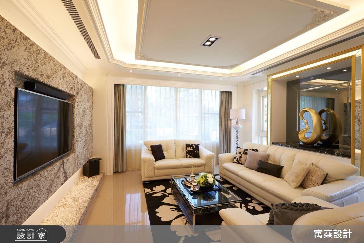 半寶石電視牆對映金色框架的端景櫃,以精品建材和用色為屋主帶來招財與好運的意涵。