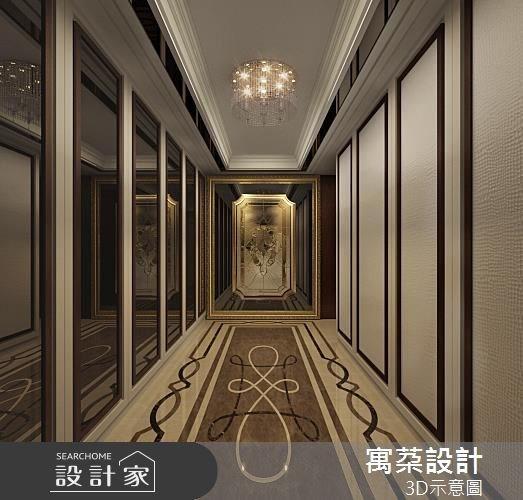 玄關是屋子給賓客的第一印象,不少屋主會特別講究。地板是以水刀切割出的大理石玄關圖,端景則是以特殊窯燒玻璃製成的手工雕刻鏡,金色框架凸顯不凡。兩側則是造形鞋櫃與隱藏門片,是華麗又有型的走道。