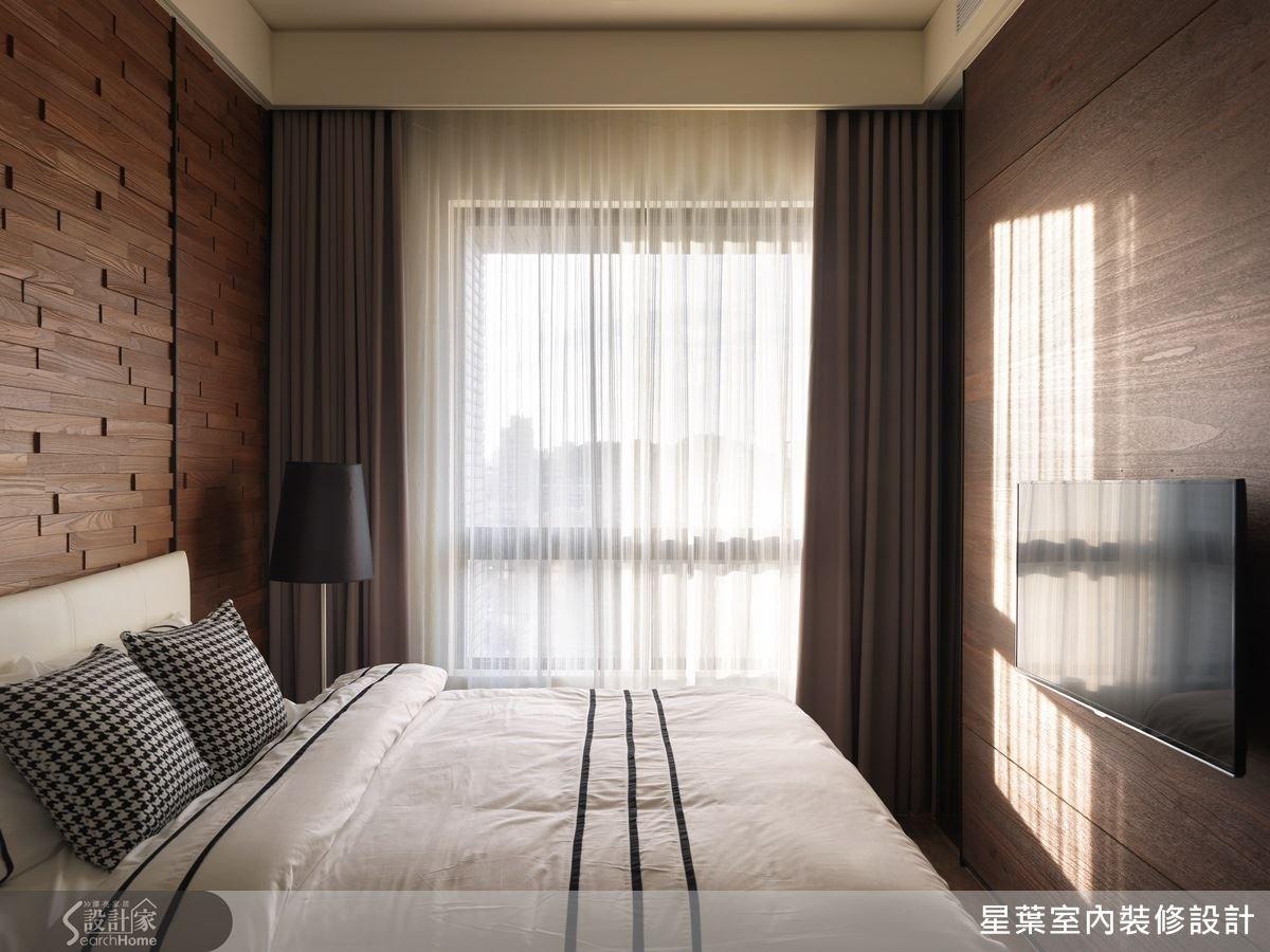 女屋主的床頭牆以溫潤的實木二丁掛,鋪敘出自然、放鬆的休閒氛圍,貼近自然的配色與簡單的軟件搭配,符合屋主喜歡的低調時尚感。