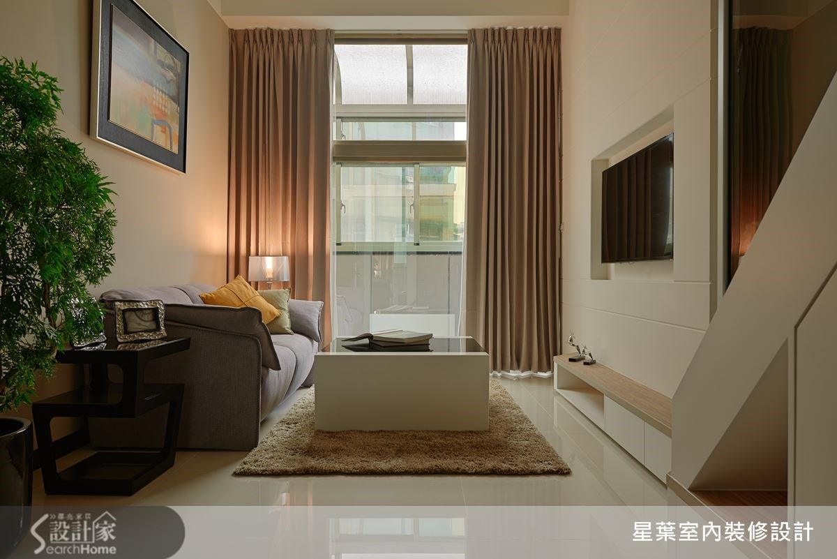 輕鬆的米白色調搭配穿透性的材質,將窄小的套房改造成舒適的時尚居家空間。