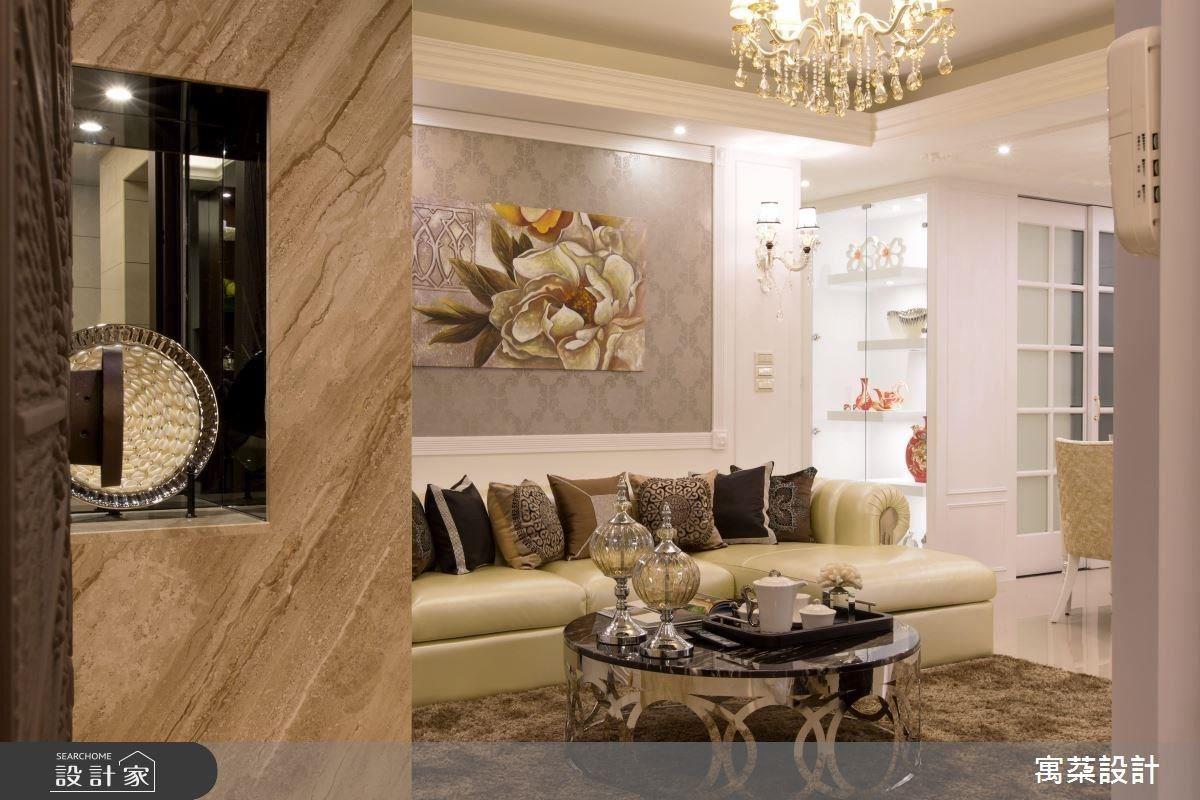 因屋主夫妻經常旅遊,擁有很多收藏品,所以在居家中做了許多精品櫃設計,滿足收納展示需求;像是大門一進來,就可見到端景規劃,並以鏡面材質為背景,增加空間精緻感。