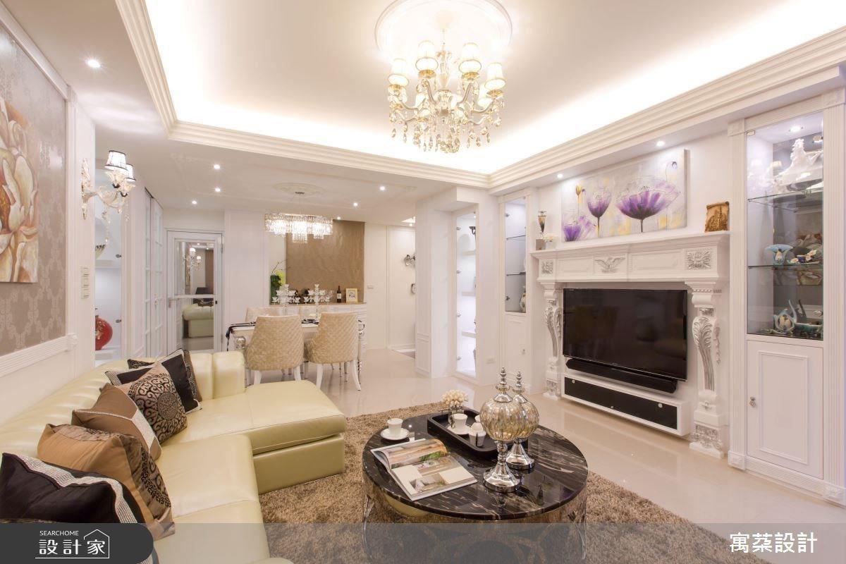 客廳的 L 型沙發為特別訂製,在節省空間的同時,也營造出空間的線條變化。