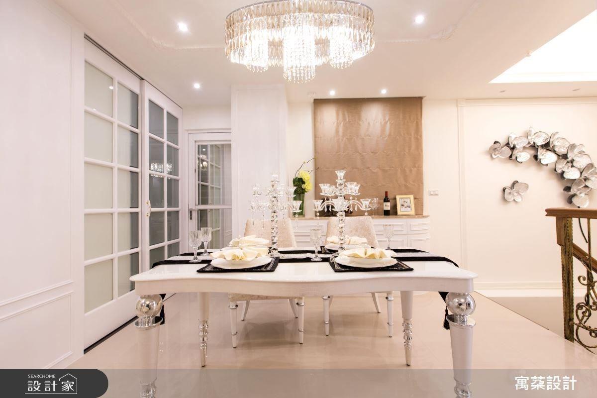 為讓客、餐廳擁有各自獨立的空間,將天花板作出高低差設計,形成領域劃分。