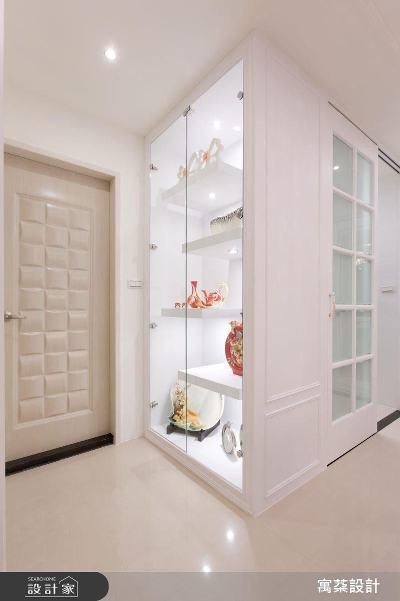 居家中的精品櫃採以簡約的線條設計,打上裝飾光源,凸顯展示品的質感。