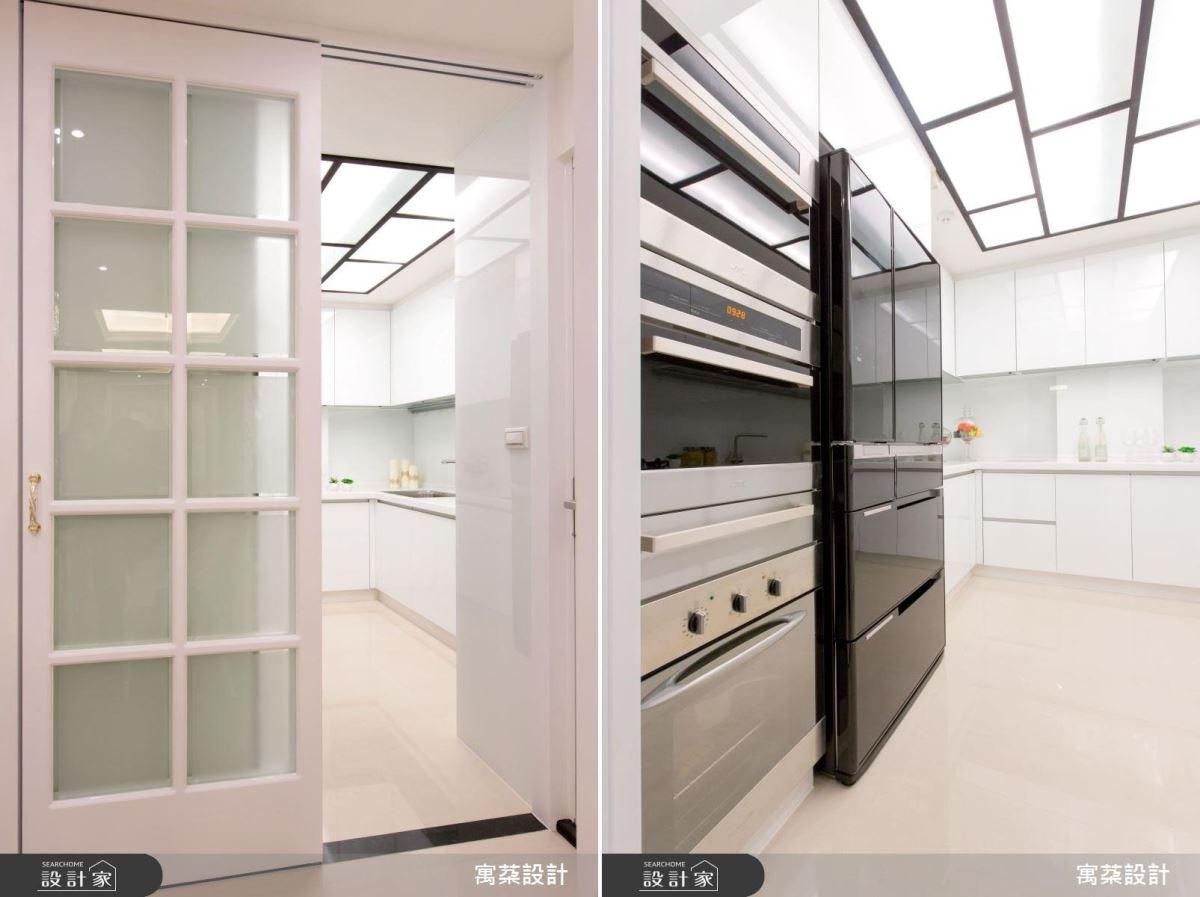 廚房則是因應男主人需求打造,呈現簡潔的俐落線條感,並作出符合身高的廚具設備檯面,整體以白色鋼琴烤漆搭配隱藏式光源,創造空間放大感。