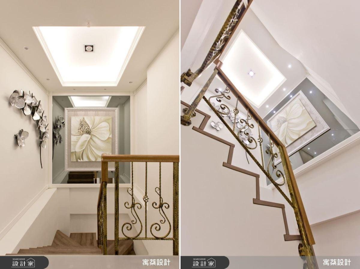 以藝廊手法打造樓梯間,將天花板挑高,加裝間接照明,讓人聚焦在牆面裝飾上。