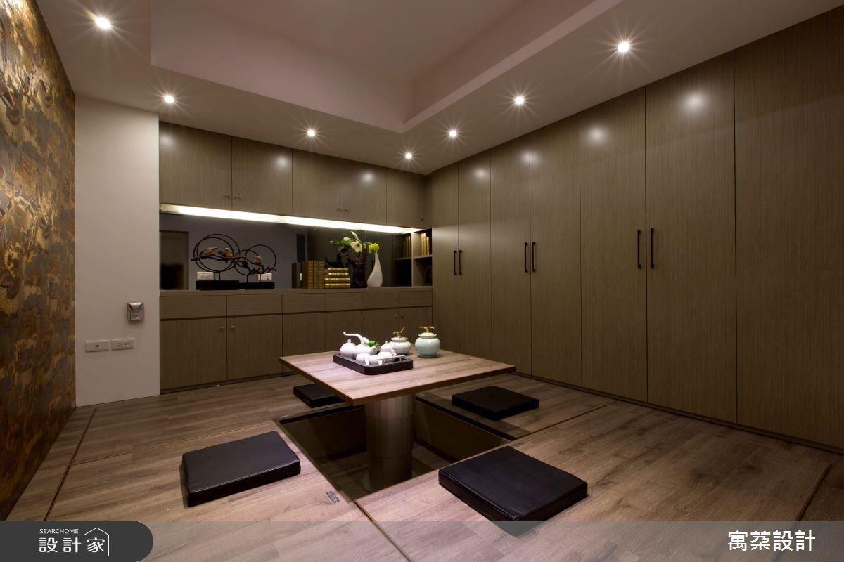 沿樓梯往下,可來到充滿東方風味的和室空間,空間將天花板挑高,改變原先格局給人的沉重感,並在牆面採用噴砂玻璃材質,增加空間通透感,一旁則是壁布材質畫作,充滿金箔的奢華光澤。