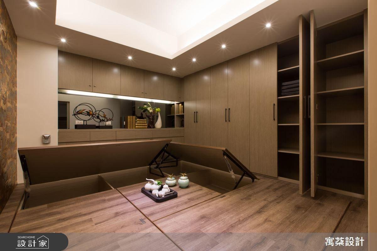 在地板底下融入大量收納空間,當空間中的電動升降桌不使用時,即可成為平整地坪,身兼客房、茶室、書房等多種使用主題。